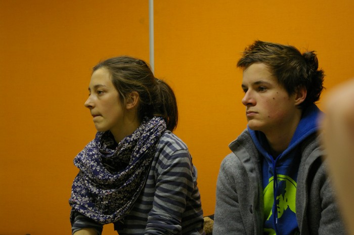 Image illustrant l'article. Photo de deux amis, une jeune fille et un jeun garçon, qui ont fait la même école que moi mais 2 ans après. Ils ont l'air de s'ennuyer mais ils sont jeunes et beaux.